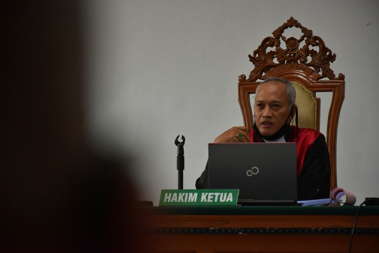 Ketua Majelis HakimT. Benny Eko Supriyadi tengah membuka sidang perdana tiga petinggi Sunda Empire dengan mengetukan palu di Ruang Sidang II Pengadilan Negeri (PN) Bandung, Jalan L.L.R.E Martadinata, Kota Bandung, Kamis (18/6/2020). Sidang dengan agenda pembacaan dakwaan ini digelar secara virtual.