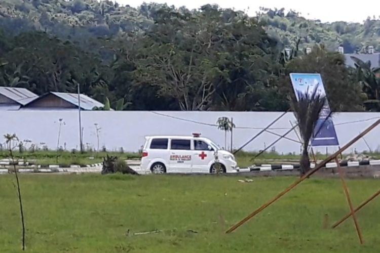 Mobil Ambulans milik RSUD dr Haulussy Ambon memilih parkir di ruang parkir RSUP dr J Leimena setelah membawa pasien Covid-19 ke rumah sakit tersebut, Rabu (27/5/2020). Mobil ambulans ini sendiri sempat tersesat dan diamuk warga di kawasan Rumah Tiga, Kecamatan Teluk AMbon