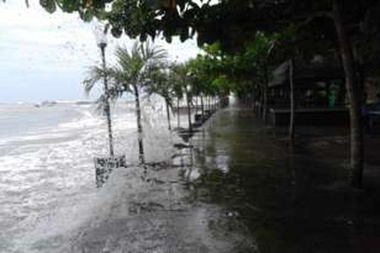 Ombak laut yang menghantam tempat wisata di tepian Pantai Kota Bengkulu