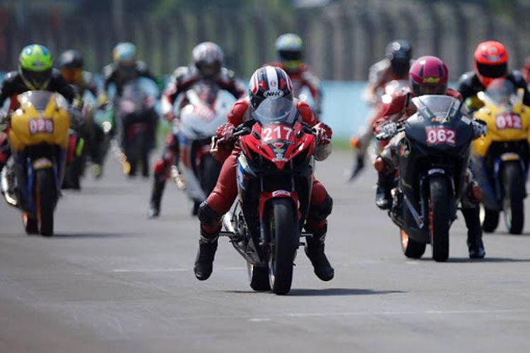 Ratusan rider Honda CBR saling bersaing memperebutkan posisi terdepan. Total, ada 12 kelas yang dipertandingkan.