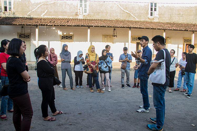 Para peserta Jelajah Kawasan Ndalem Pangeran mendapat penjelasan seputar Ndalem Sasana Mulya.