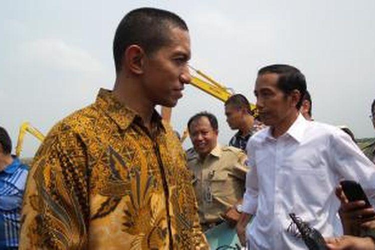 Kepala Detasemen Paspampres Mayor Anan menjelaskan pola pengamanan presiden terpilih Joko Widodo di sela blusukan di Waduk Rawa Kendal, Jakarta Utara, Selasa (26/8/2014).