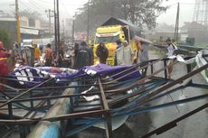 Sejumlah Papan Reklame dan Pohon Tumbang, Akses Jalan Purwokerto-Cilacap Tertutup