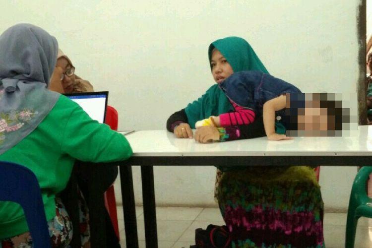 Husnul (di atas meja), balita terdampak virus rubella, menjalani terapi di Banda Aceh. Program imunisasi MR di Aceh, hingga saat ini, baru mencapai angka 7 persen, setelah Plt Gubernur sempat menginstruksikan pemberhentian pemberian vaksin untuk sementara.
