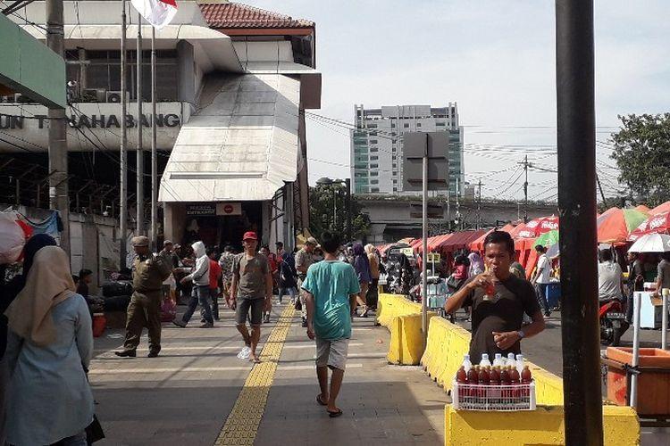 Kondisi trotoar Jalan Jati Baru Raya, Stasiun Tanah Abang, Jakarta Pusat pada Sabtu (24/2/2018).