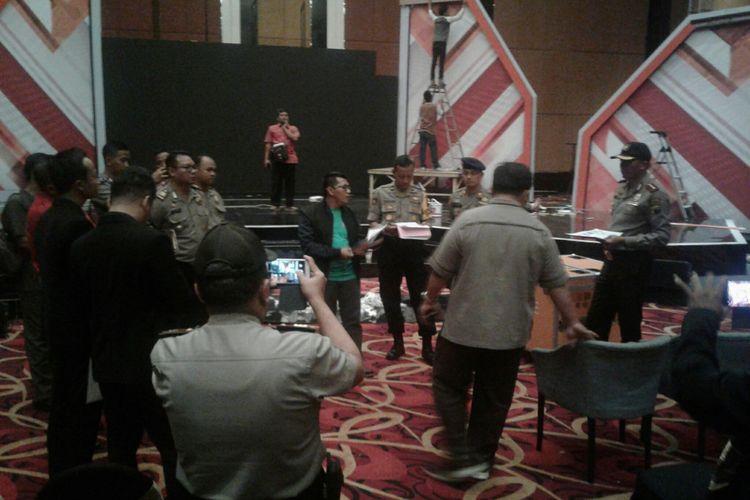 Kapolres Sukoharjo AKBP Iwan Saktiadi meninjau lokasi pelaksanaan debat cagub dan cawagub Pilkada Jateng di Sukoharjo, Jawa Tengah, Rabu (2/5/2018).