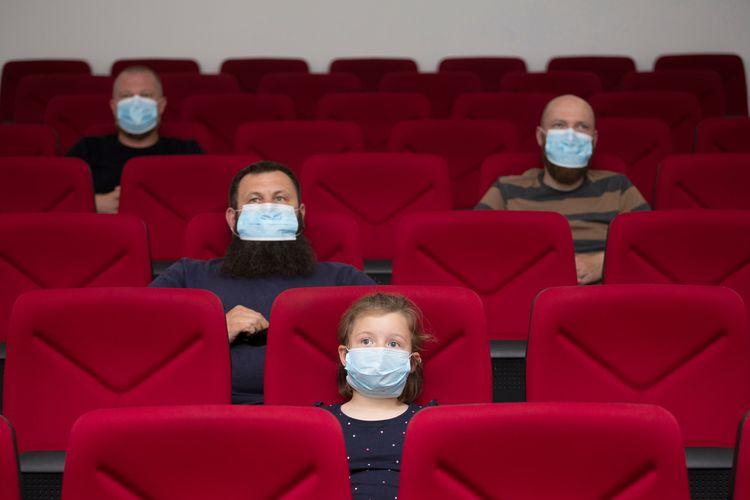Ilustrasi menonton film di bioskop di tengah pandemi virus corona. Sesuai protokol kesehatan di bioskop aturan menjaga jarak diterapkan untuk menghindari potensi penularan Covid-19.