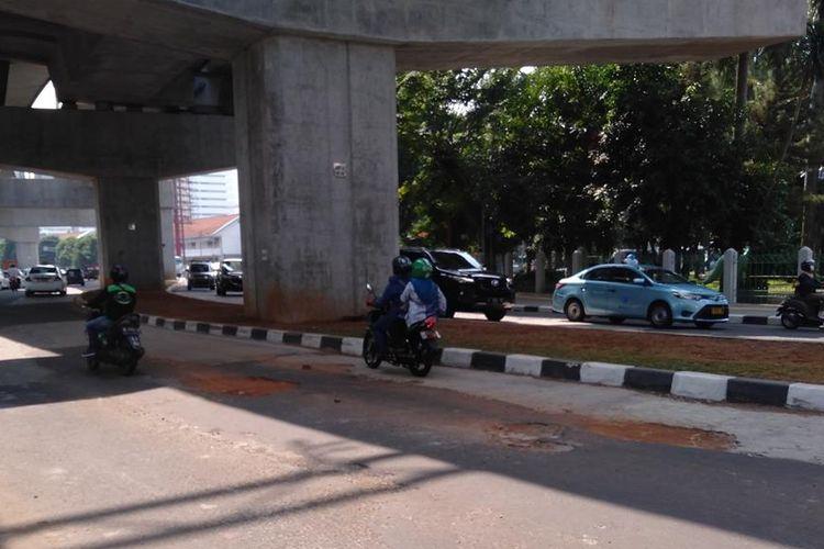 Kondisi jalan berlubang di jalan Mahakam, tepat di bawah stasiun MRT Blok M, Kebayoran Baru, Jakarta Selatan, Rabu (3/7/2019)