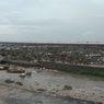 Tanggul Penahan Air Laut di Gresik Ini Rusak Dihantam Ombak