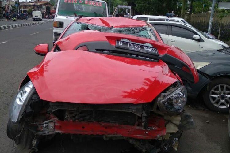 Kecelakaan yang melibatkan mobil dengan nomor polisi B-1940-NOB dan sepeda motor terjadi di simpang empat traffic light Jalan Kesehatan, Gambir, Jakarta Pusat pada Sabtu (2/1/2021).   Kecelakaan itu terjadi duduga karena pengemudi mobil jenis Mazda bernama Elisia (28) menerobos lampu merah.