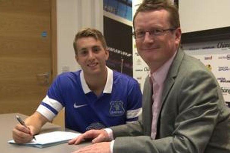 Everton mengumumkan secara resmi telah mendapatkan penyerang muda Gerard Deulofeu dengan status pinjaman dari Barcelona.