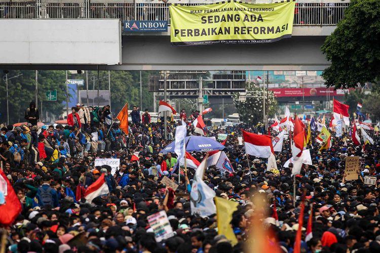 Mahasiswa menyampaikan orasi di Depan Gedung DPR/MPR, Jalan Gatot Subroto, Senayan, Jakarta Pusat, Selasa (24/9/2019).