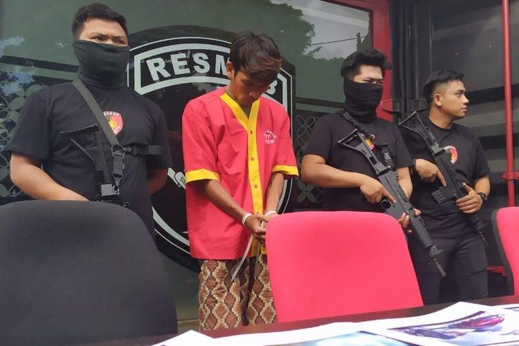 Alberandi alias Randi (26), pelaku pembobolan mesin atm di 5 provinsi saat diamankan tim resmob Polda Sulsel di Makassar, Sabtu (29/2/2020).
