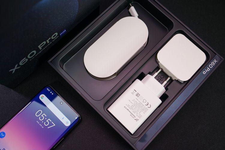 Aksesori pendamping Vivo X60 Pro terbilang lengkap, mencakup charger dan earphone berkabel