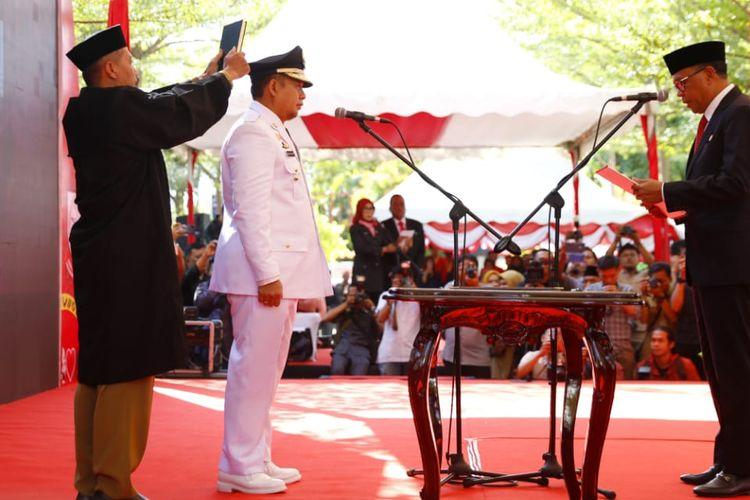 Gubernur Sulawesi Selatan Nurdin Abdullah melantik Pj Walikota Makassar baru, Iqbal Suaeb di halaman Kantor Balai Kota Makassar, Senin (13/5/19)