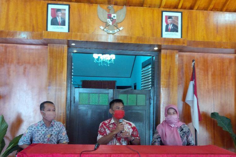 Pemilik indekos Siti Mutmainah bersama suami, Totok dan Camat Grogol Bagas Windaryatno saat memberikan klarifikasi insiden pengusiran di Kantor Kecamatan Grogol, Sukoharjo, Jawa Tengah, Selasa (28/4/2020).