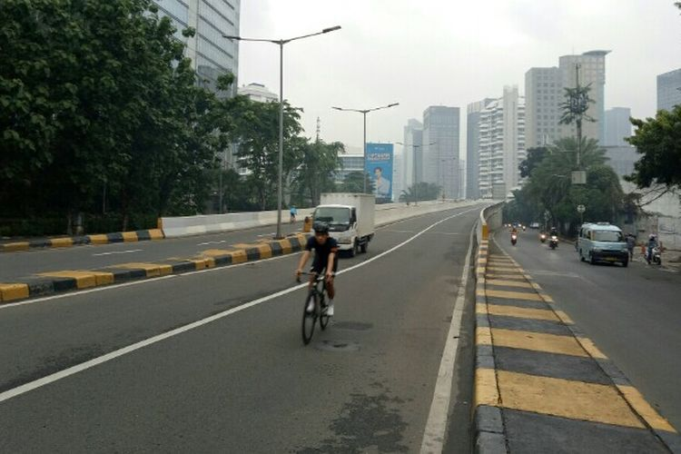 Pesepeda road bike kembali melintasi Jalan Layang Non Tol (JLNT) Kampung Melayu-Tanah Abang setelah mendapatkan protes dari koalisi masyarakat, salah satunya Bike 2 Work, beberapa waktu lalu. Hal tersebut terlihat di JLNT pada Sabtu (19/6/2021) pagi.