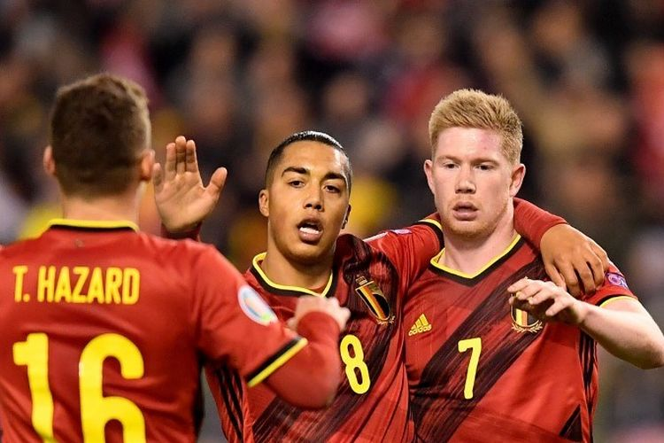 Gelandang Belgia, Kevin De Bruyne (kanan), menerima ucapan selamat dari rekan setimnya setelah mencetak sebuah gol dalam pertandingan Kualifikasi Euro 2020 antara Belgia dan Siprus di Stadion The King Baudouin,  Brussels, pada 19 November 2019.