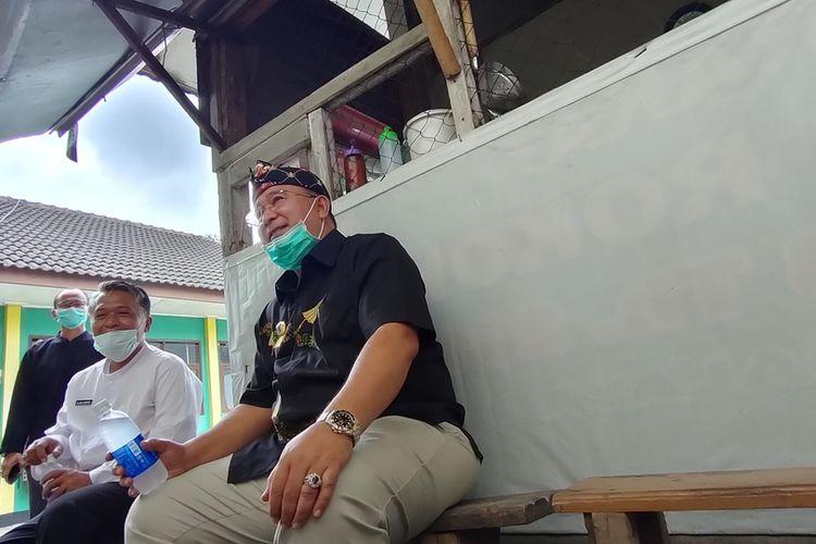 Wali Kota Tasikmalaya, Budi Budiman, saat bercengkarama dengan para wartawan seusai kegiatan penanganan Covid-19 dan selang beberapa hari sebelum ditahan KPK di sebuah warung kaki lima dekat Komplek Perkantoran Dinas Kota Tasikmalaya.