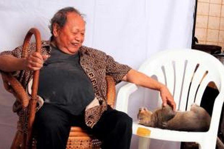 Drs Suyadi atau akrab disapa Pak Raden di masa hidupnya, berfoto bersama kucingnya si Kacung.