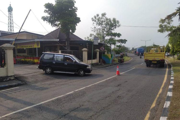 Suasana gerbang timur Mapolres Nganjuk, Selasa (25/5/2021). Oleh aparat kepolisian para jurnalis dilarang masuk (Kompas.com/Usman Hadi)