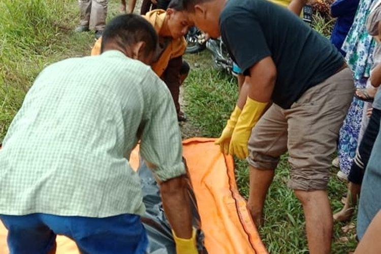 Suasana saat evakuasi tengkorak dan tulang belulang manusia yang diangkat dari sumur tua di Desa Tanjung Haloban, Kecamatan Bilah Hilir, Kabupaten Labuhanbatu, pada Senin (28/9/2019). Hasil autopsi, tengkorak dan tulang belulang tersebut berjenis kelamin laki-laki berusia 40-60 tahun. Polisi masih melakukan penyelidikan.