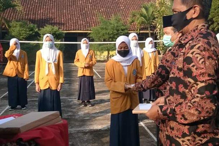 Siswa SMPN 1 Rongkop yang berprestasi di tingkat paralel dan juara tingkat kabupaten mendapatkan penghargaan.