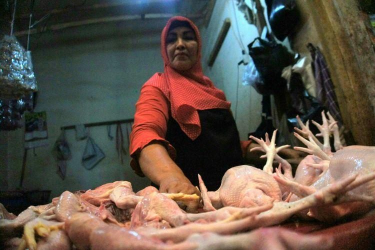 Sumirah, salah seorang pedagang Pasar Johar, Karawang mengungkapkan tiap menjelang Natal dan tahun baru harga daging ayam meroket, Selasa (18/12/2018).