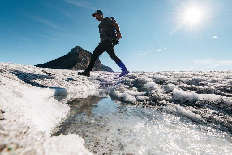 Tempat wisata di Swiss - Wisatawan sedang melakukan kegiatan Glacier Walk di Glacier 3000.