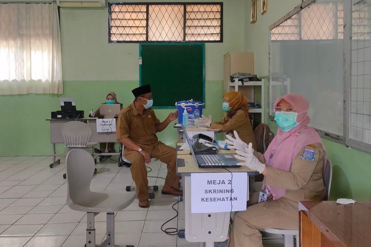 Seorang guru tengah menjalani pemeriksaan kesehatan sebelum menjalani vaksinasi Covid-19 di SMPN 11 Tangerang Selatan, Selasa (2/3/2021).