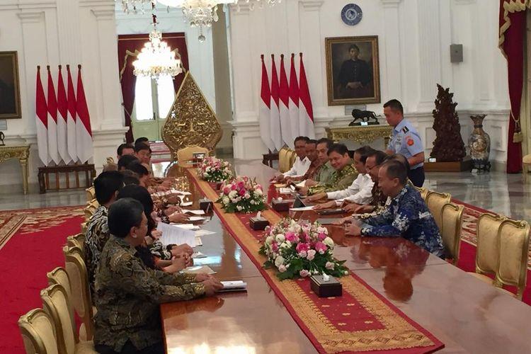Presiden Joko Widodo bertemu sejumlah pengusaha tekstil yang tergabung dalam Anggota Asosiasi Pertekstilan Indonesia (API) dan Asosiasi Produsen Serat Sintesis dan Benang Filamen Indonesia (APSyFI). Pertemuan digelar di Istana Merdeka, Jakarta, Kamis (21/11/2019