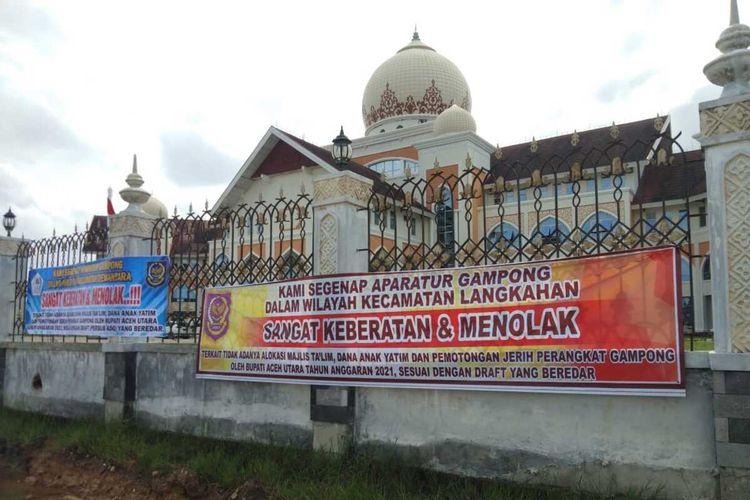Spanduk yang dipasang pedemo di pagar Kantor Bupati Aceh Utara, Selasa (19/1/2021). Para pedemo adalah aparatur desa yang menggan gajinya dipotong hingga 70 persen pada 2021.