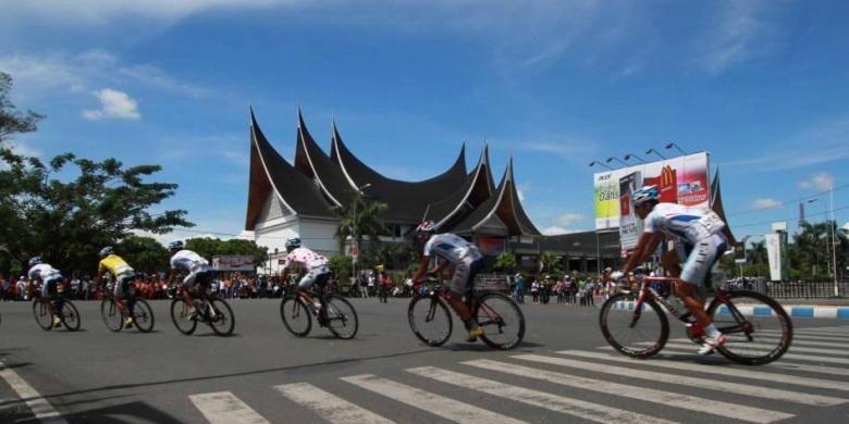 Pebalap sepeda Tour de Singkarak 2013 melintasi tanjakan sesaat setelah start di Padang Pariaman, Padang, Sumatera Barat, Minggu (9/6/2013). Etape 7 yang merupakan etape terakhir Tour de Singkarak dengan rute Padang Pariaman - Kota Padang menempuk jarak 143,5 km.