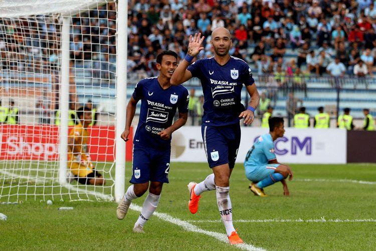 Pemain asing PSIS Semarang Bruno Silva mencetak gol ketiga ke gawang Persela Lamongan pada pekan kedua Liga 1 2020 yang berakhir dengan skor 2-3 di Stadion Surajaya Lamongan, Jawa Timur, Sabtu (07/03/2020) sore.