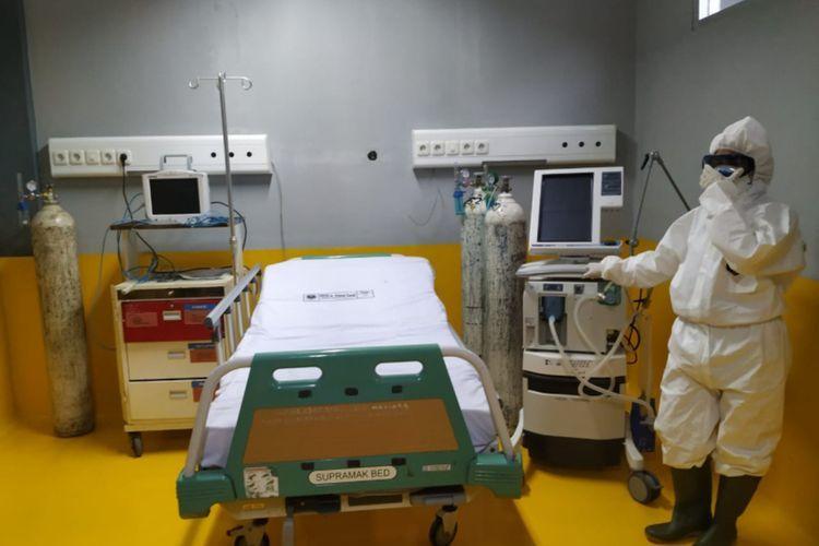 Tim medis menggunakan APD lengkap saat menunjukan ruang isolasi pasien corona di RSU dr Slamet Garut, beberap waktu lalu