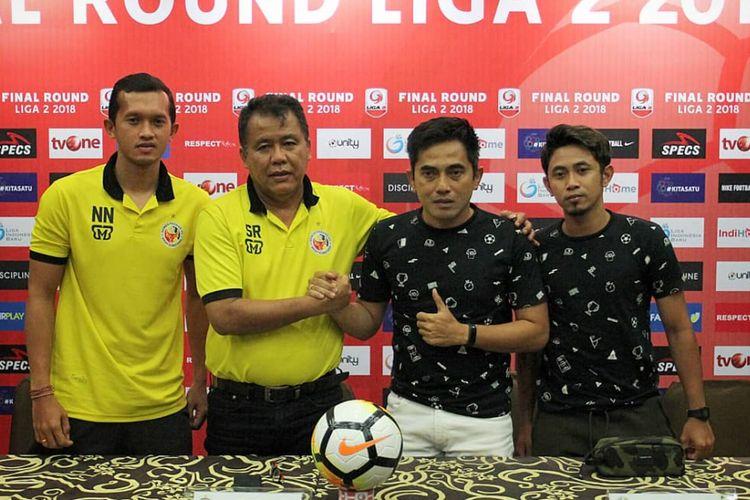 Pelatih Semen Padang Syafrianto Rusli dan pelatih PSS Sleman Seto Nurdiantoro dalam jumpa pers menjelang laga final Liga 2 2018