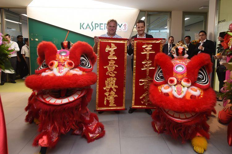 Dua Barongsai memeriahkan peresmian kantor pusat Kaspersky Asia Pasifik di Singapura, Jumat (7/7/2017). Nampak di belakangnya CEO Eugene Kaspersky dan Stephan Neumeier selaku Managing Director of Kaspersky Lab Asia Pacific.