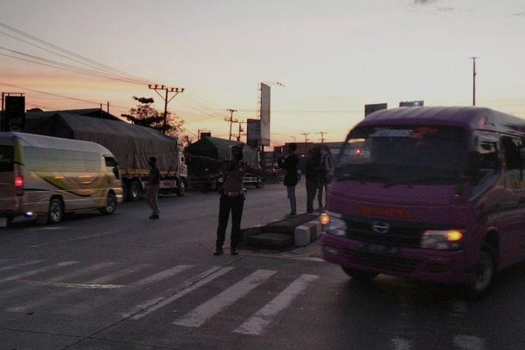 Beberapa kendaraan mikrobus tampak diminta putar balik saat melintasi perbatasan Demak Kudus di Jalan Lingkar Kudus, Jawa Tengah, beberapa waktu lalu.