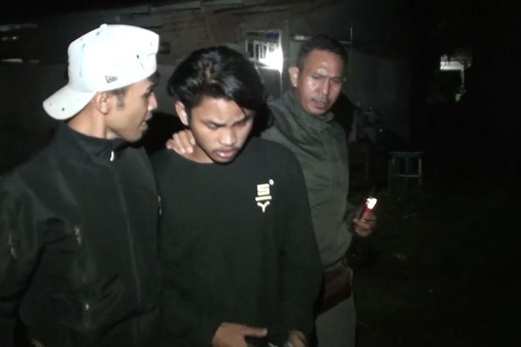 Tim Anti Bandit Polres Gowa, Sulawesi Selatan membekuk dua pria pelaku pencurian onderdil sepeda motor yang merupakan barang bukti kecelakaan lalu lintas di Gudang Satlantas Polres Gowa. Selasa, (13/4/2021).