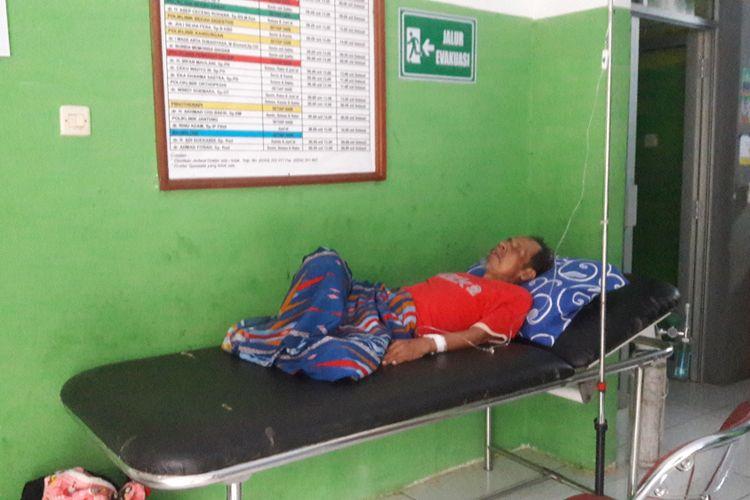 Tolib Ahmad (67) terbaring lemah di Puskesmas Munjul, Kabupaten Pandeglang, Banten, Minggu (3/3/2019). Video Tolib saat dibawa ke puskesmas, viral lantaran harus ditandu selama empat jam oleh anak dan saudaranya.