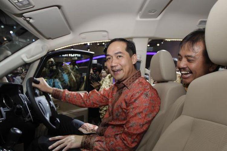 Menteri Perdagangan RI Muhammad Lutfi, saat meninjau pameran otomotif Indonesia International Motor Show 2014, di JIExpo, Kemayoran, Jakarta Utara, Kamis (18/9/2014).