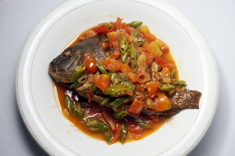 Ilustrasi ikan goreng dengan sambal gami, sambal khas Bontang terbuat dari bawang merah, cabai, dan terasi udang.