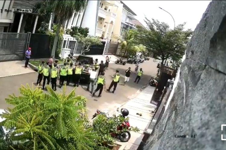 Beredar sebuah video di media sosial yang menunjukkan aksi dorong-dorongan antara sejumlah warga dan belasan petugas keamanan (security) di Permata Buana, Kembangan, Jakarta Barat, pada Senin (20/9/2021).