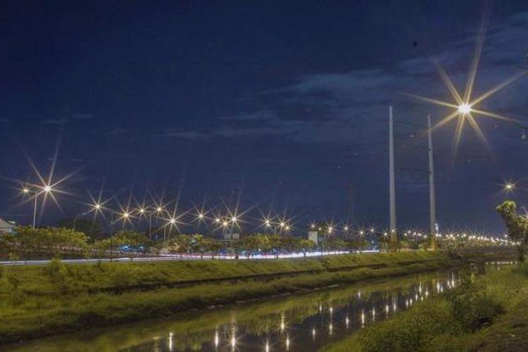 Ilustrasi: Lampu penerangan jalan menyala di sekitar menara saluran udara tegangan ekstra tinggi (sutet) 500 kilovolt milik PT Perusahaan Listrik Negara di Kanal Timur, Duren Sawit, Jakarta Timur.
