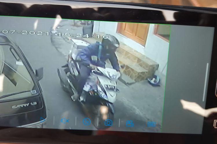 Terduga pelaku pencuri motor milik kurir beserta paket di Jalan Pancoran Barat IVB, Pancoran, Jakarta Selatan pada Sabtu (31/7/2021) sekitar pukul 15.21 WIB.