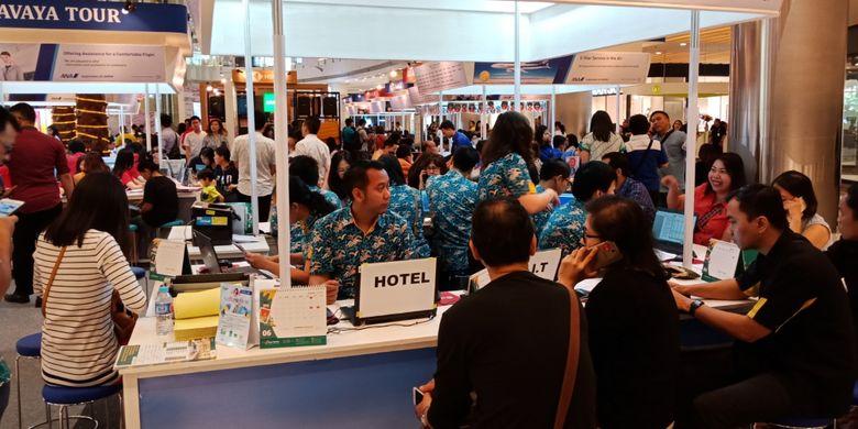 Suasana HSBC-ANA Travel Fair di Laguna Atrium Pacific Place, Jakarta, Kamis, (19/4/2018).