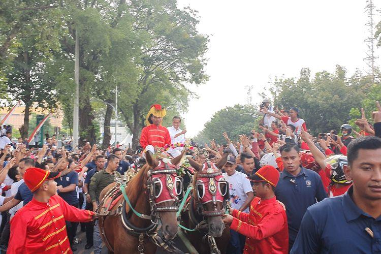 Setelah menyapa warga Karawang dan Bandung, calon presiden nomor urut 01 Joko Widodo melanjutkan kampanye terbuka di kampung halamannya di Solo, Jawa Tengah, Selasa (9/4/2019) sore. Dalam kampanye ini, Jokowi diarak oleh warga sambil menaiki kereta kuda.
