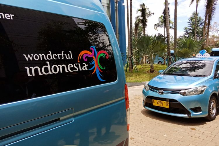 Logo Wonderfull Indonesia terpajang di armada-armada taxi dan bus milik PT Blue Bird Group.