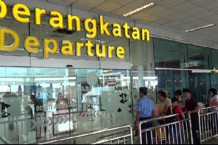Penumpang Bandara Depati Amir Pangkal Pinang saat antre di pintu masuk keberangkatan.