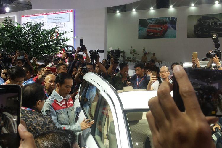 Presiden Joko Widodo saat menghadiri pembukaan Indonesia International Motor Show 2018 di JIExpo Kemayoran, Jakarta, Kamis (19/4/2018).